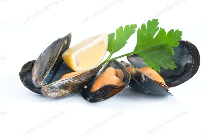 cooked mussels with lemon and parsley