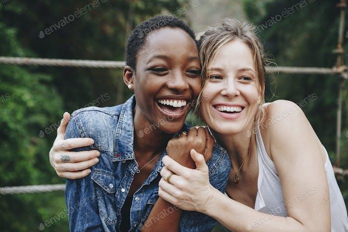 Glückliche Frauen umarmen einander