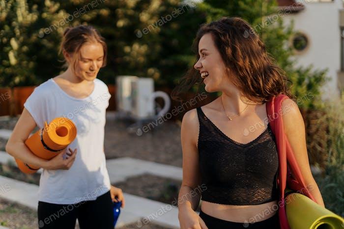 Zwei junge schöne Frauen in Sportbekleidung gehen Sport Training, Gymnastik, Yoga