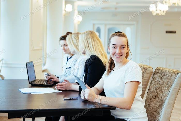 Studenten mit Laptops und Tablet