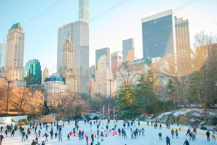 Patinadores de hielo divirtiéndose en New York Central Park en invierno