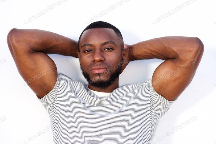 ernsthafte muskulöse Mann stehend isoliert auf weißem Hintergrund