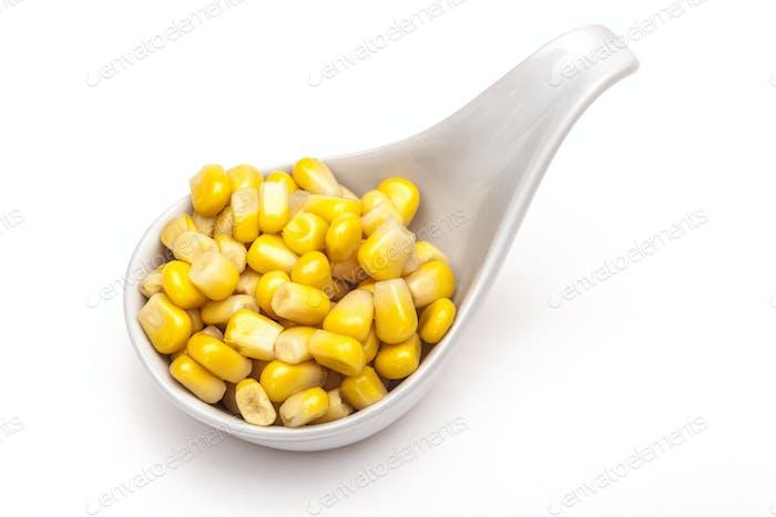 Gelber Mais auf Weiß