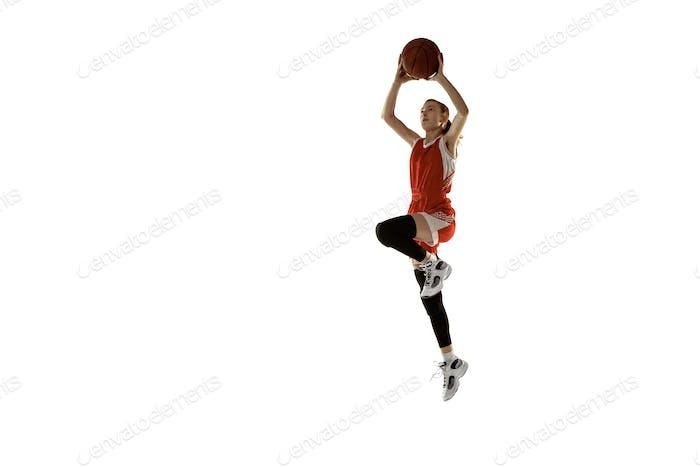 Junge kaukasische weibliche Basketballspielerin vor weißem Studio-Hintergrund