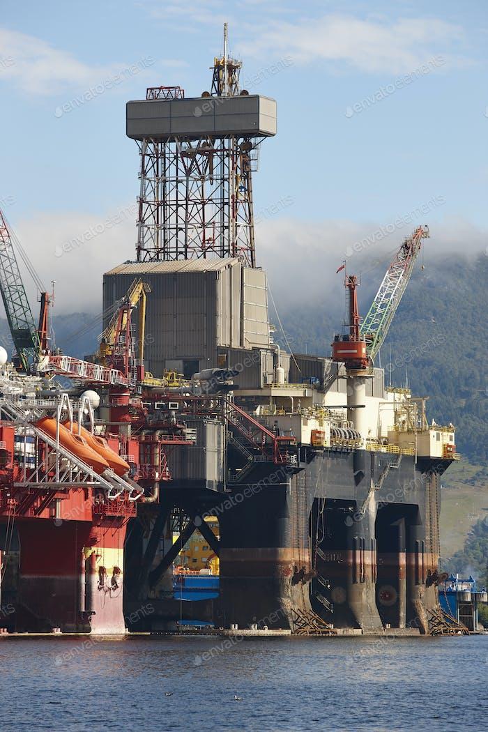 Plataforma de petróleo y gas en Noruega. Industria energética. Exploración de petróleo
