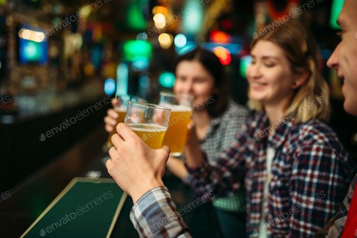 Fans trinken Bier an der Theke in der Sportbar