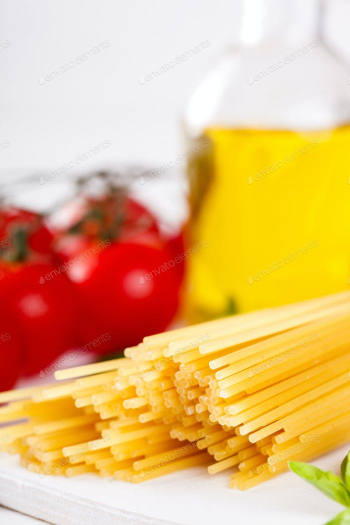 Pasta Spaghetti mit Zutaten zum Kochen von Nudeln