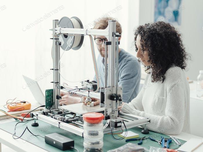 Ingenieurstudenten mit einem 3D Drucker