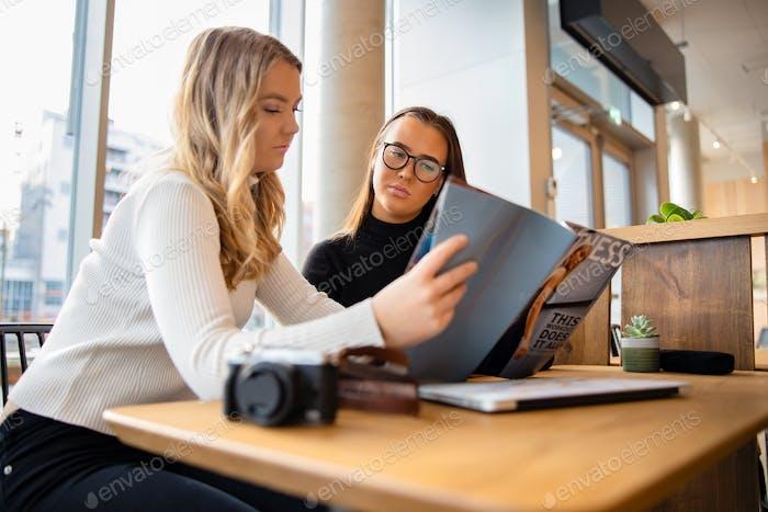 Jóvenes bloggers serios discuten sobre la publicación en el café