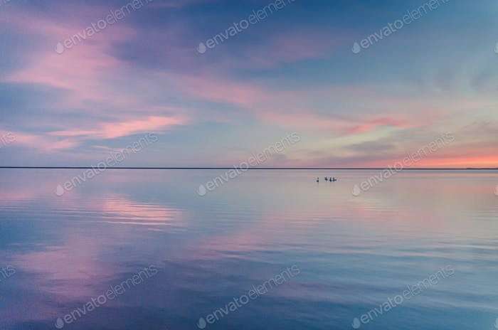 schöne Sonnenuntergang über See, einfache Tapete Hintergrund