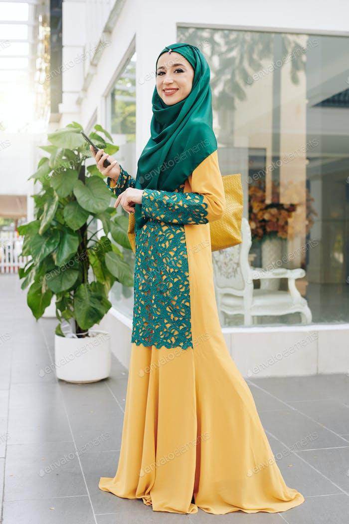 Mujer musulmana en vestido tradicional