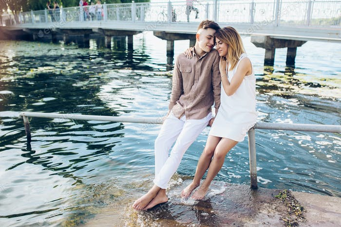 Mann und Frau posiert auf dem See