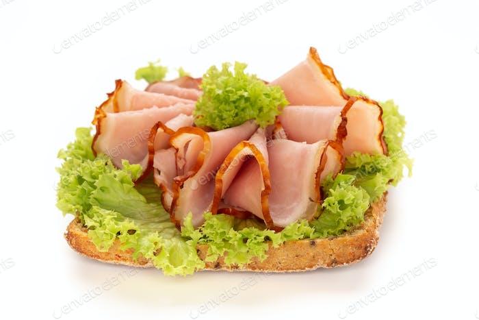 Sandwich mit Schweineschinken auf weißem Hintergrund.