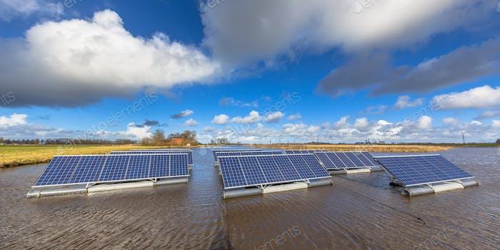 Schwimmende Solaranlagen auf Wasserpanorama