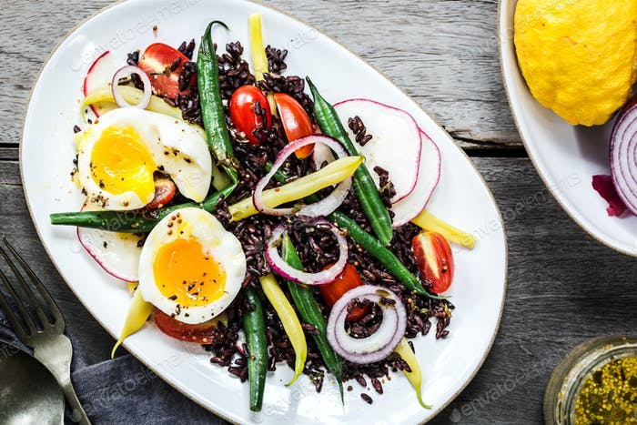 Reisbeere mit weichem gekochtem Ei, Grüner Bohne, Rettich und Kirschtomate
