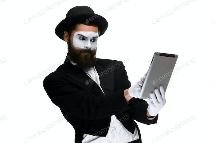 Mann mit einem Gesicht Pantomime arbeiten auf Laptop