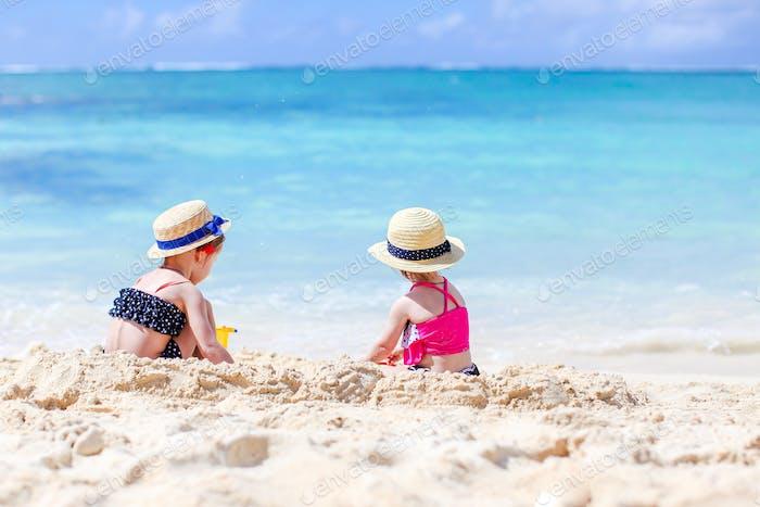 wenig glücklich lustig Mädchen haben eine Menge Spaß bei tropischen Strand spielen zusammen