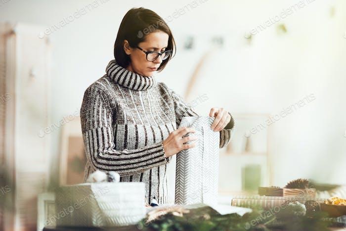 Frau verpackt Geschenk