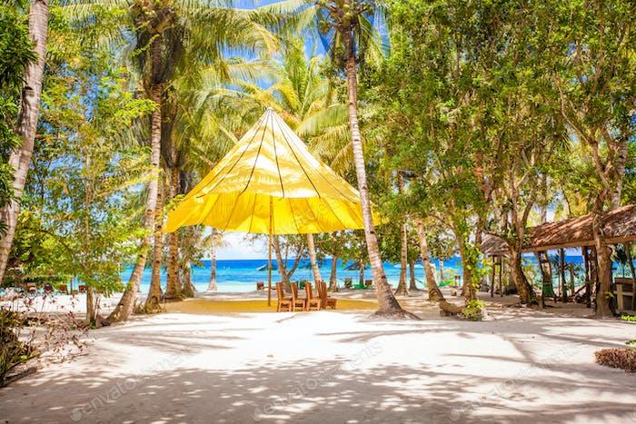 Perfekter tropischer Strand im exotischen Resort