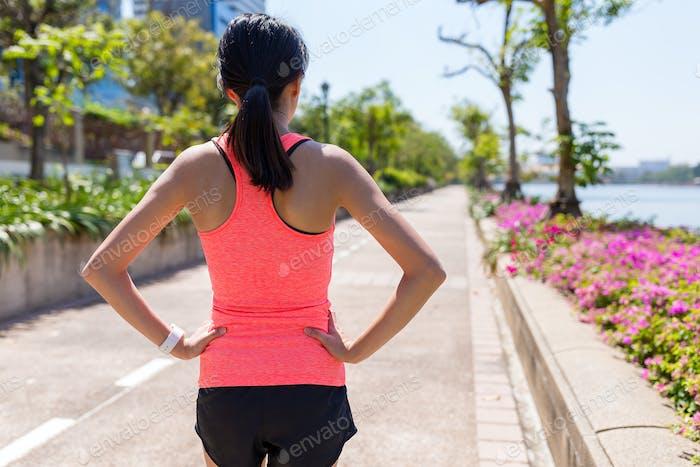 Rückansicht der Sportfrau bereit zu laufen