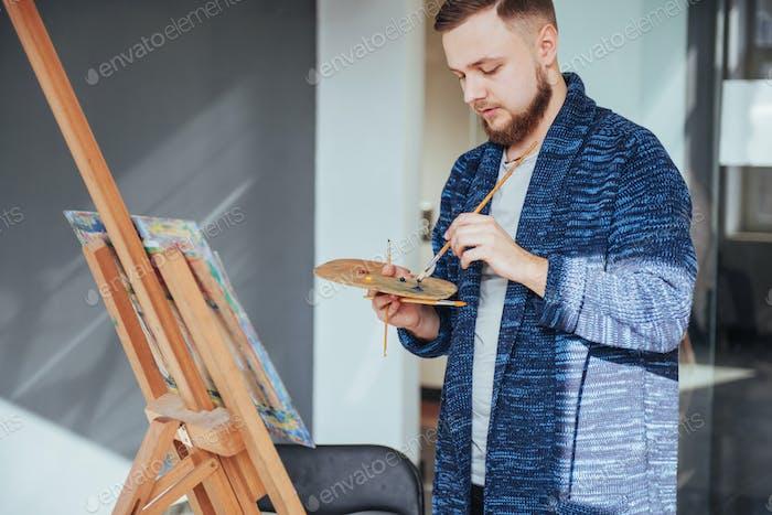 männlicher Künstler in der Galerie