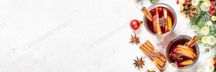 Glühwein mit Weihnachtsschmuck auf weiß