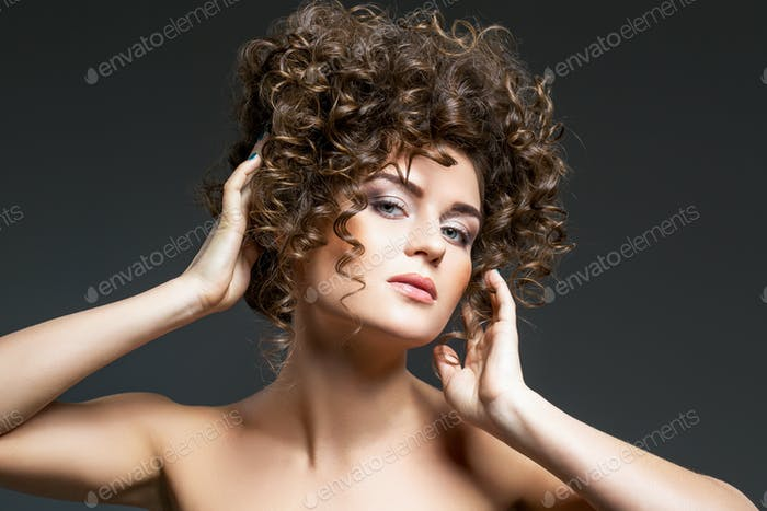schönes Mädchen mit lockiger Frisur