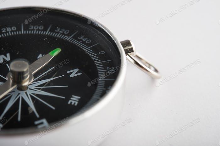 Kompass einzeln auf weißem Hintergrund.