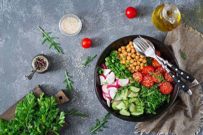 Salat aus Kichererbsen, Tomaten, Gurken, Rettich und Grüns