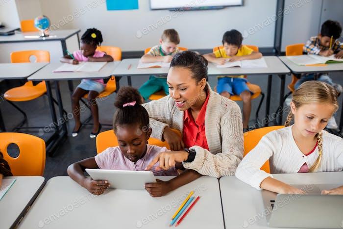 Lehrer helfen mit Tablet-PC