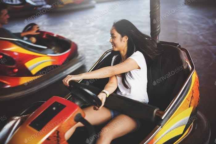 Mädchen Fahren Stoßstange Auto Glück Genuss Konzept