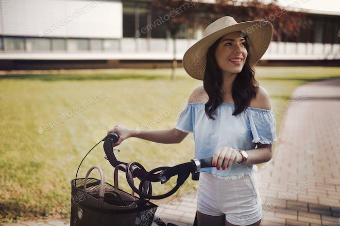 Porträt von schönen Frau genießen Zeit auf dem Fahrrad