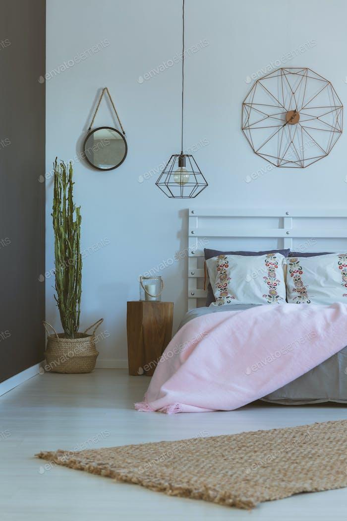 Inspirierendes Schlafzimmer mit rundem Spiegel