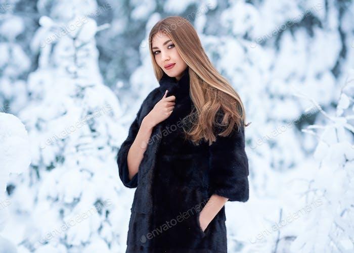 Mode junge Frau im Winterwald