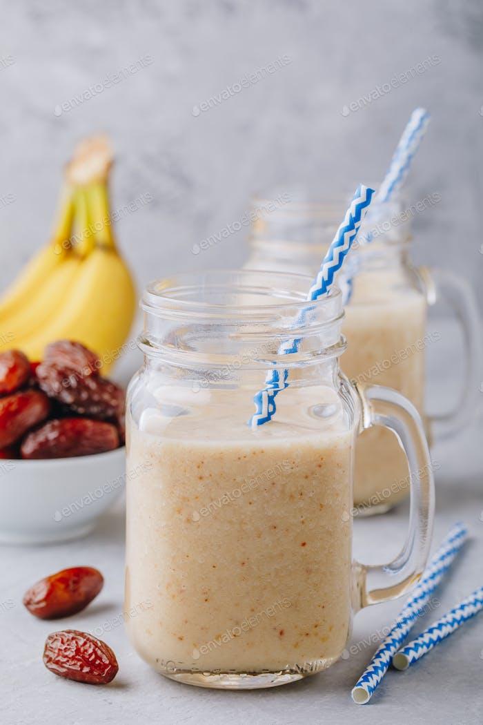 Batido de plátano y fruta dátil o batido en tarro de cristal