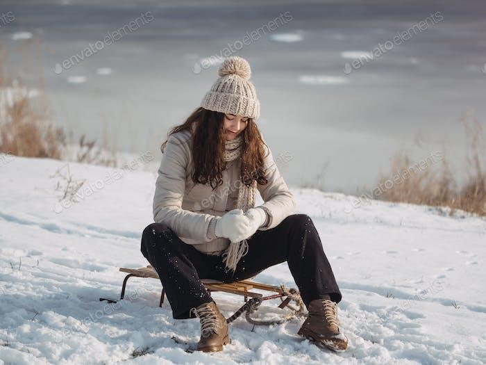 Winter Frau Havind Spaß im freien
