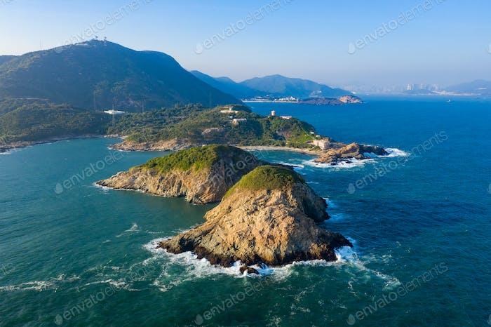 Meereswellen spritzen gegen Felsen