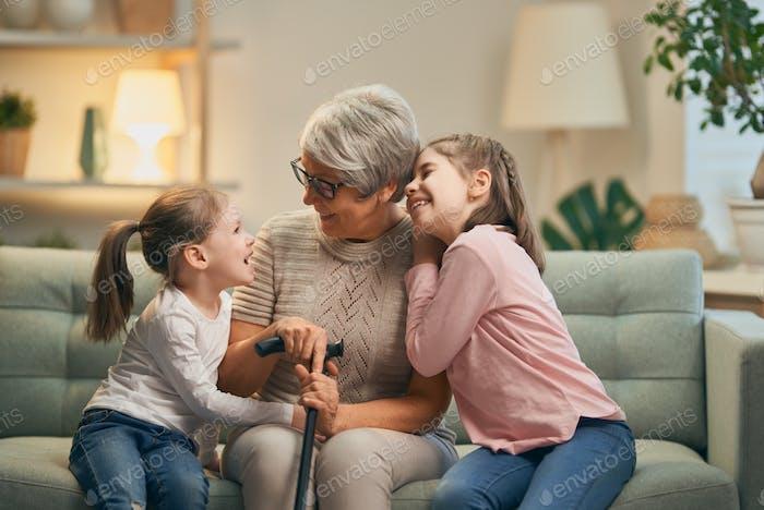 Mädchen und ihre Großmutter