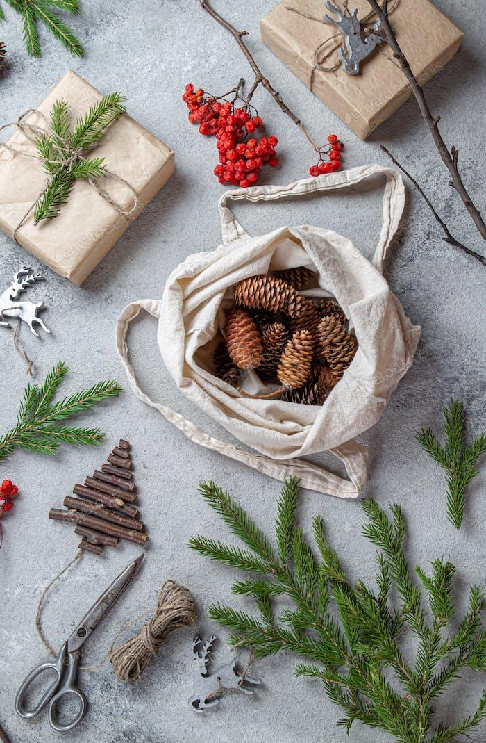 Zero Waste Weihnachtskonzept. Natürliche Chirsmas Dekoration und handgefertigte Geschenke ohne Kunststoff.