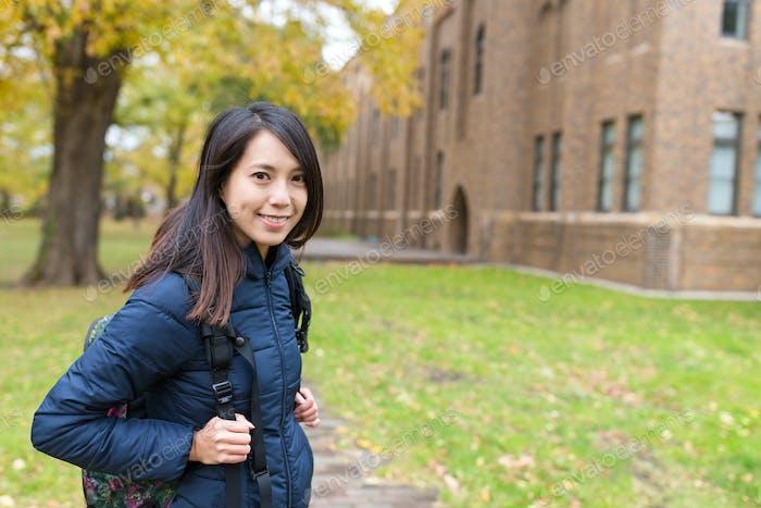 Frau in der Universität