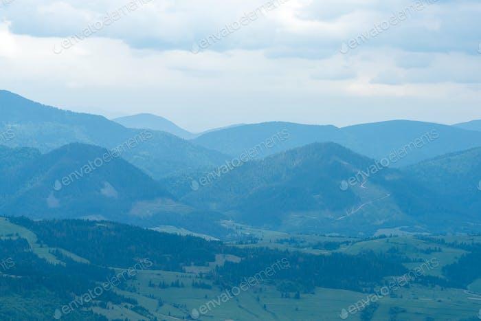 Herrliche Landschaft mit blauen Bergen
