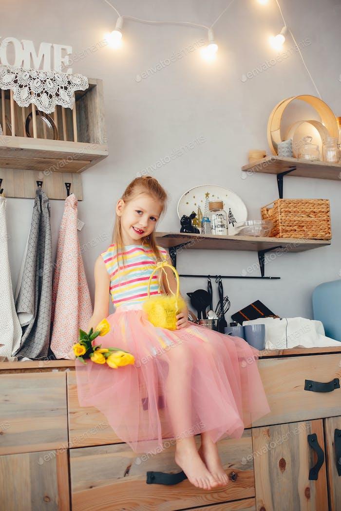 Niedliches kleines Mädchen mit gelben Blumen