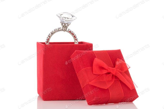 Riesiger Diamantring in roter Box isoliert auf weißem Hintergrund