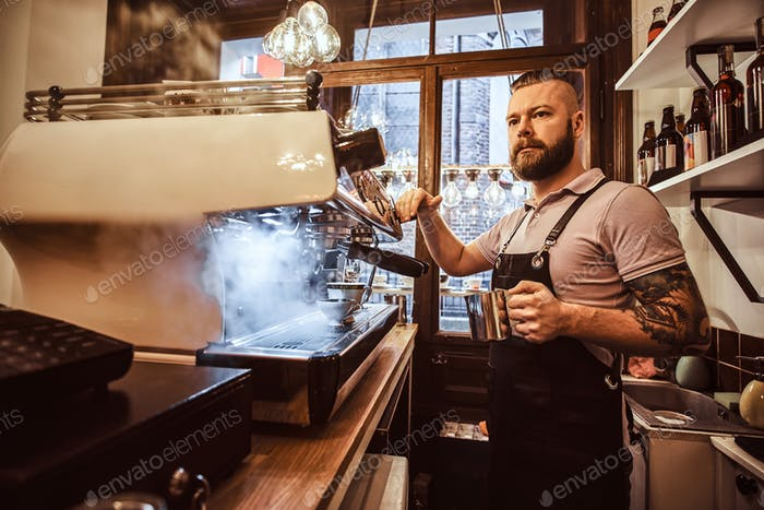 Barista trabajando en una cafetería