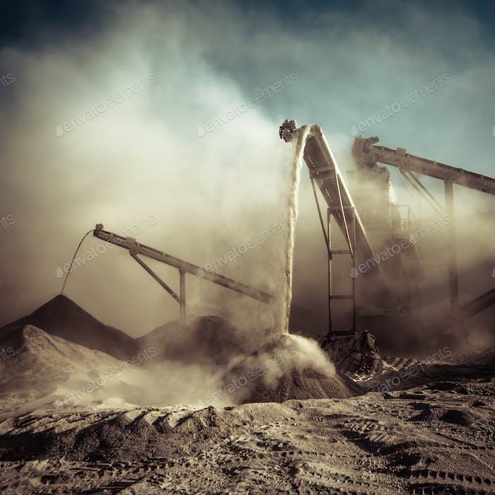 Arbeits Kiesbrecher. Industrieller Hintergrund