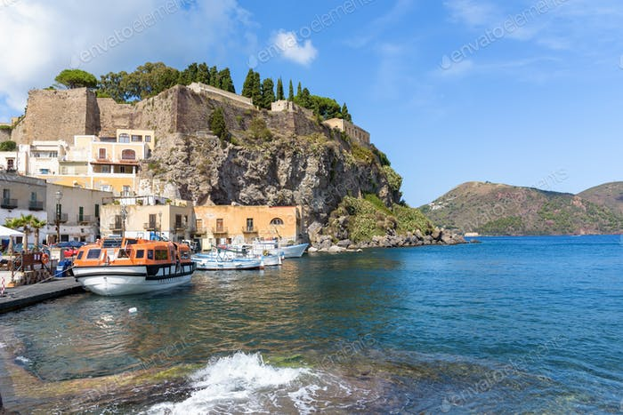 Rock del castillo en la Isla de Lipari