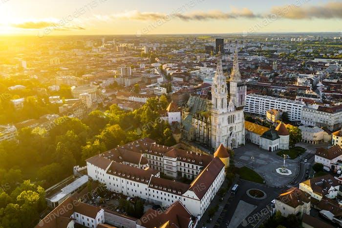 Luftaufnahme der Kathedrale in Zagreb bei Sonnenaufgang.  Kroatien
