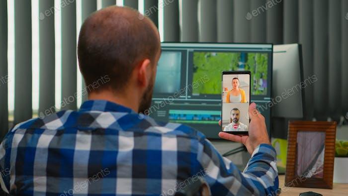 Video editor mit Behinderung im Rollstuhl mit Videocall