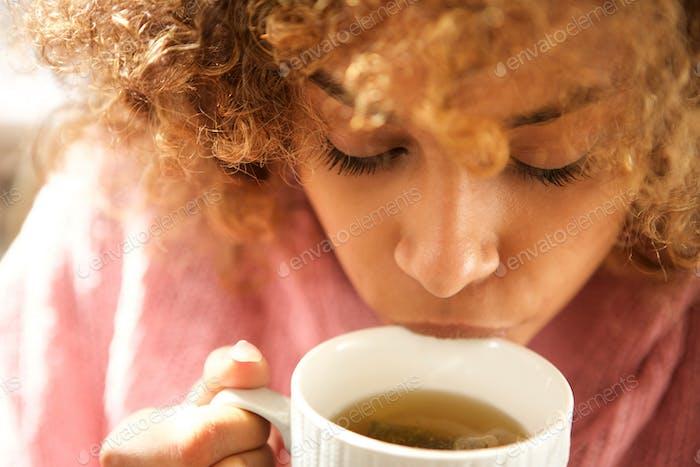Nahaufnahme junge schwarze Frau trinken Tasse Tee