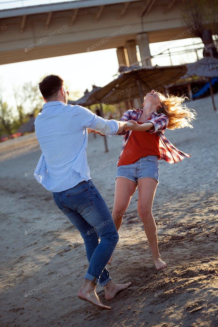 wirklich glücklich verspielt paar mit Spaß am Strand